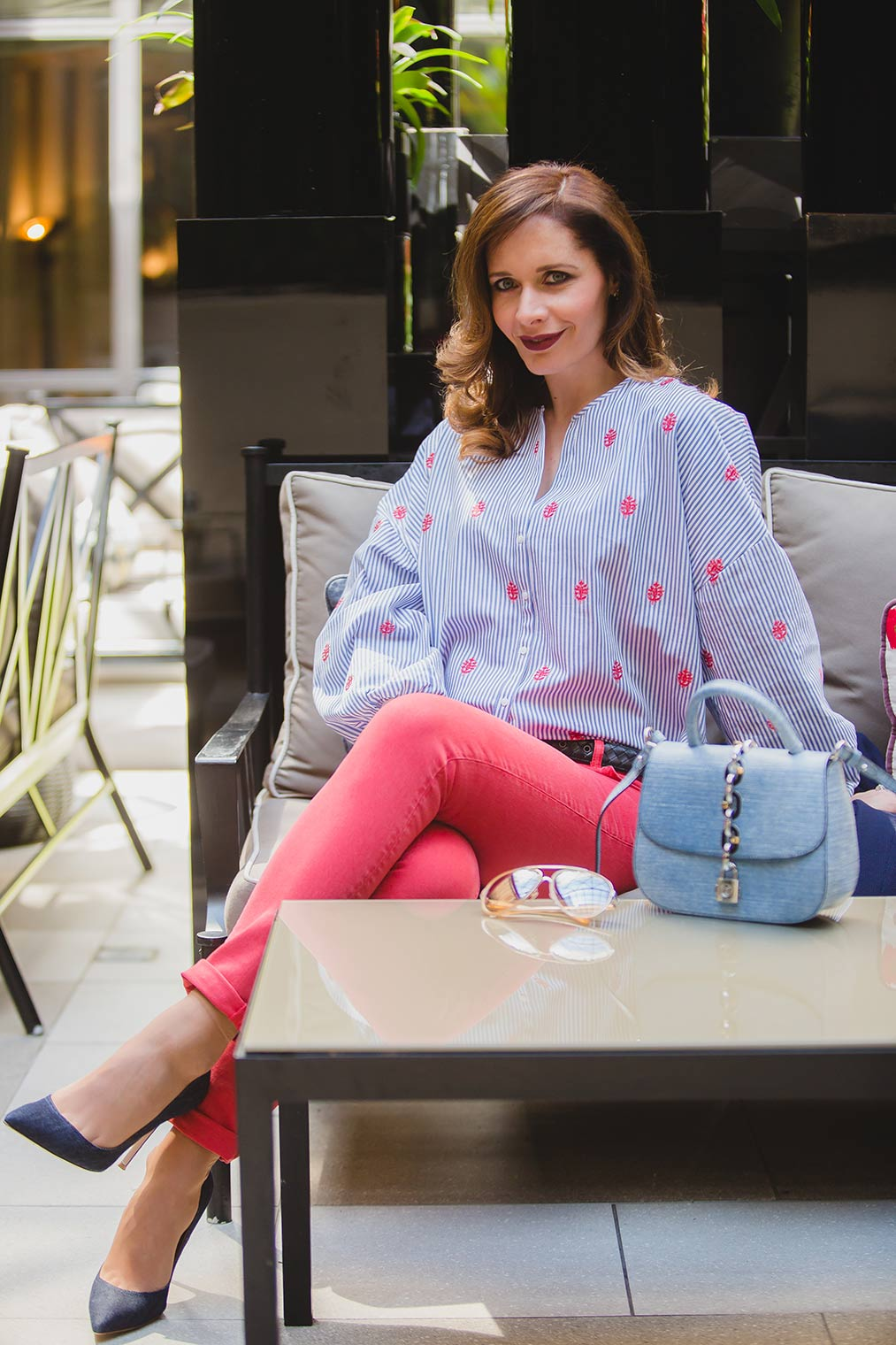 Chic Journal Petra wearing red jeans in Villa Magna