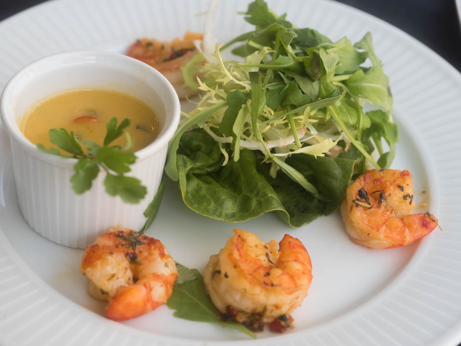 Grilled prawns with green salad and mustard and lemon dressing