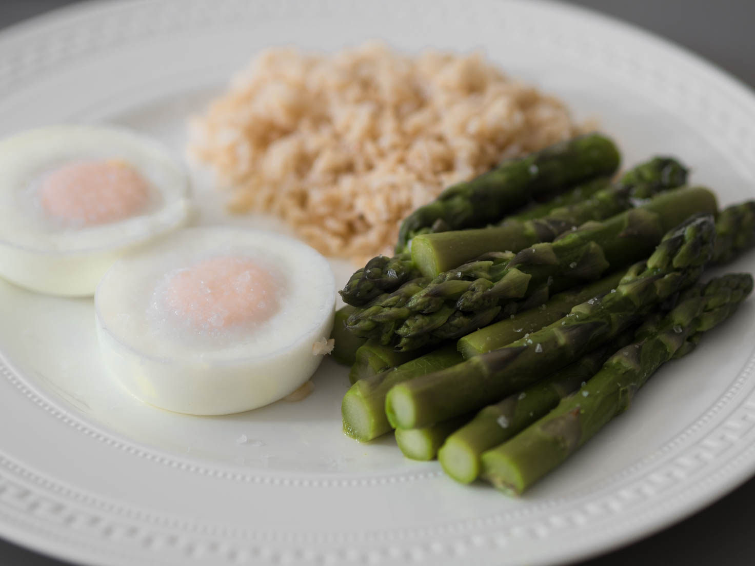 Poached eggs with asparagus and wholegrain rice
