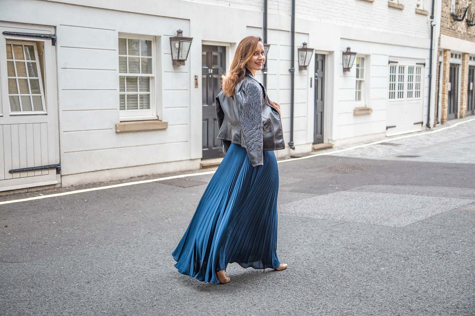Petra from Chic Journal wearing pleated maxi skirt by Tara Jarmon