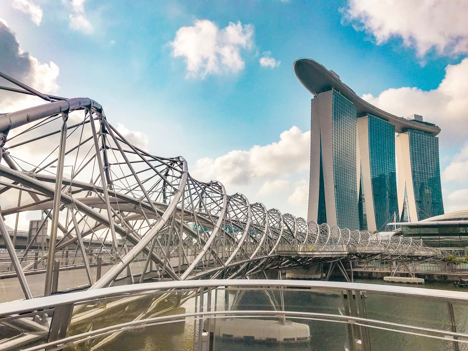 Chic travel guide to Singapore Sightseeing Helix bridge Singapore