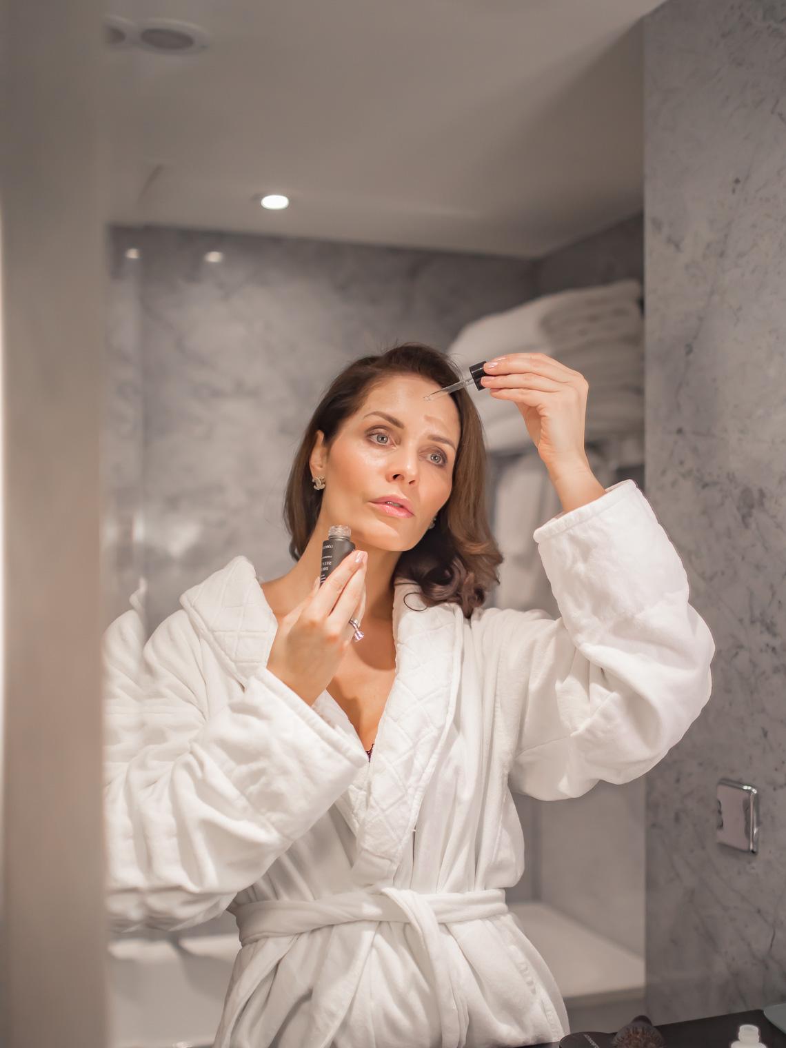 Lowengrip self tan drop for face, applying self tanning drops